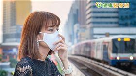目前醫學主要是針對個別疾病診治,尚無全面防護PM2.5的藥物。蘇祐達提醒,若環保署有發布相關空氣品質惡化之通報,外出需戴口罩,一般棉布口罩無法防止PM2.5的吸入,外科用口罩有70-80%過濾效果。