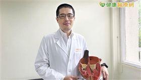 劉國聖主任舉例,像瓣膜環擴大會造成瓣葉關不緊;瓣膜葉片破裂則會造成血液逆流。