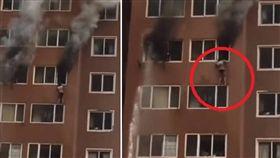 大陸遼寧一名女子日前在家熟睡時,大樓發生火警,當時她僅穿著內衣內褲,為了要逃命,她只能爬窗而出,吊掛在8樓高空4分鐘。所幸消防人員及時趕到,順利將女子救下。對此,女子感慨地說:「我第一次感覺自己離死亡那麼近!」(圖/翻攝自濟寧消防微信公眾號)