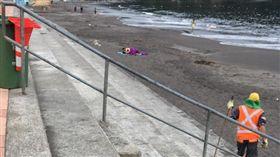 情侶海灘上啪啪啪 清潔員看到超無奈(圖/翻攝自Terremoto en Talcahuano臉書)