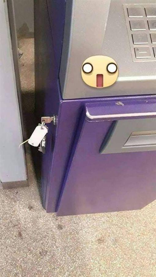 真的是天人交戰啊!一名網友表示,他去領錢時,意外發現ATM的「鑰匙」插在上面。對此,他好奇地問「該開嗎?」照片曝光後,掀起網友熱議,紛紛搞笑地說:「裡面空了!其實是要你補錢」。(圖/翻攝自爆怨公社)