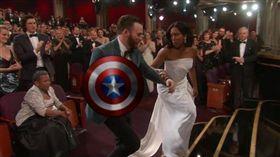 克里斯·伊凡攙扶吉娜金恩,神救援被合成美國隊長盾牌。(圖/翻攝自YouTube)