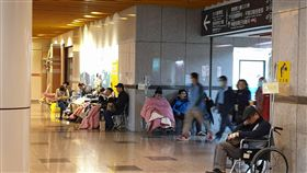 台大急診爆量  逾百人等住院(1)根據全國重度急救醫院急診即時資訊,台大醫院26日有超過百人等待住院,大廳兩側有不少人坐在輪椅上等待。中央社記者陳偉婷攝  108年2月26日