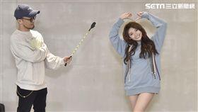 祈錦鈅的「愛心煙火舞」被Zin拿著愛的小手盯動作。(圖/Webtvasia Taiwan)