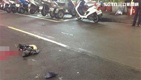 台北市中山區發生轎車追撞行人的嚴重車禍(翻攝畫面)