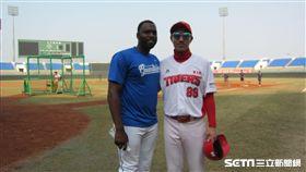 ▲富邦悍將多明尼加投手Henry Sosa(索沙)與KIA教練鄭成勳相見歡。(圖/記者蕭保祥攝影)