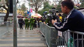 川金會在河內  金正恩抵達北韓領導人金正恩抵河內,記者聚集下榻飯店前,保安嚴密。中央社河內攝 108年2月26日