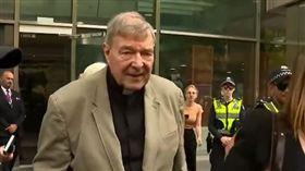 澳洲樞機主教派爾(George Pell)為他遭判的兒童性侵罪提出上訴,他今天抵達法院做最後一搏申請保釋時,大批憤怒的抗議者高聲大罵「蛆蟲」、「禽獸」。(圖/翻攝自Nine News Perth YouTube)