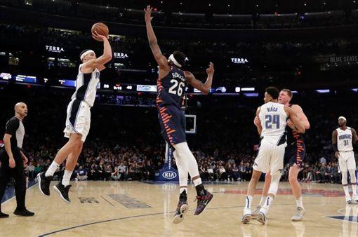 NBA/尼克菜鳥連搧飛人戈登2鍋!NBA,紐約尼克,Mitchell Robinson,奧蘭多魔術,Aaron Gordon翻攝自推特