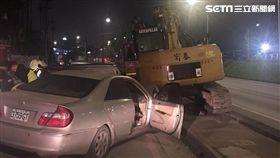 新北市樹林區轎車自撞路邊挖土機車禍(翻攝畫面)