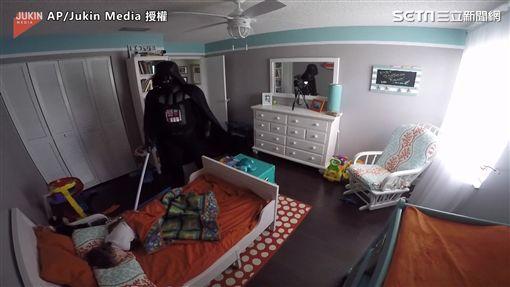 ▲到了計畫當天,Lopez整裝完成到了兒子的房間。(圖/AP/Jukin Media授權)