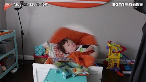 ▲兒子瞬間清醒,一臉驚嚇地看著「爸爸」。(圖/AP/Jukin Media授權)