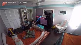 ▲Lopez與兒子準備展開一場星際大戰。(圖/AP/Jukin Media授權)