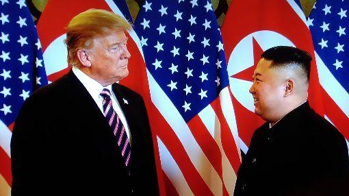 川金二會河內登場美國總統川普與北韓領導人金正恩27日晚間在河內大都會酒店第2次會面。(翻攝直播螢幕)中央社河內攝 108年2月27日