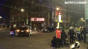 台北市警局保安大隊追捕嫌犯時,遭到加入追人行列的民眾追撞(翻攝畫面)