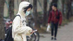 大陸冷氣團影響  北台灣偏冷(1)中央氣象局23日表示,受大陸冷氣團影響,清晨北台灣低溫僅攝氏13至15度,其他地區約16至18度,提醒民眾外出留意氣溫變化,適時增添衣物。中央社記者裴禛攝  108年2月23日