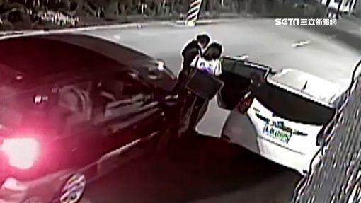 悚!夫妻下車抱小孩 下一秒...酒駕男撞倒