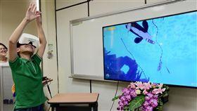 屏大開發眼動虛擬實境學習系統(2)國立屏東大學科普傳播學系24日發表一套海洋生物眼動虛擬實境學習系統,並邀請屏大附小學生親身體驗。(屏東大學提供)中央社記者郭芷瑄傳真 107年4月24日