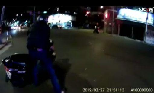 台北,保大,攔檢,酒駕,逃逸,擦撞,警車。翻攝畫面