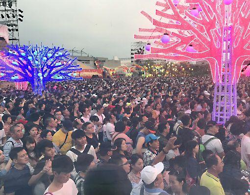 二二八連假登場 台灣燈會爆人潮2019台灣燈會在屏東,自開幕以來大獲好評,二二八連假28日起正式展開,首日現場萬頭攢動,湧入大量賞燈人潮。中央社記者郭芷瑄攝 108年2月28日