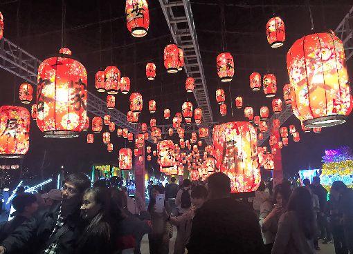 菲國部落客訪台灣燈會 讚客家花燈好魔幻菲律賓部落客賈維蘭納日前參觀在屏東舉行的2019台灣燈會,對於印上花布圖樣的客家花燈,賈維蘭納表示看起來就像漂浮在空中,大呼「好魔幻」。中央社記者郭芷瑄攝 108年2月28日