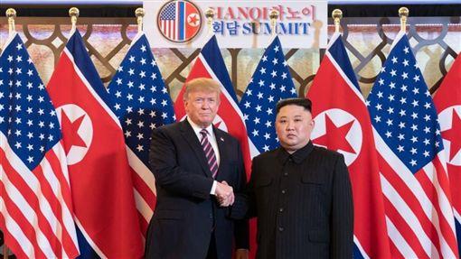 川金二次會在越南河內登場,相隔8個月,穿普和金正恩見面握手大約9秒鐘。晚宴時,金正恩還笑著說,和川普的一對一談話過程約30分鐘,內容相當有趣。不過外國媒體卻爆料,美國與北韓連晚餐的菜單都一度談不攏。(圖/翻攝自@WhiteHouse 推特)