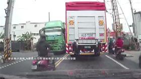 一路逆向貨車迎面來 騎士自摔險遭輾壓