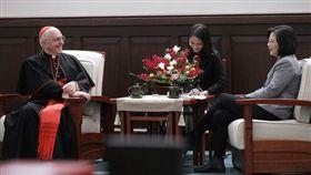 ▲總統蔡英文接見教廷的萬民福音部部長費洛尼樞機主教。(圖/總統府提供)