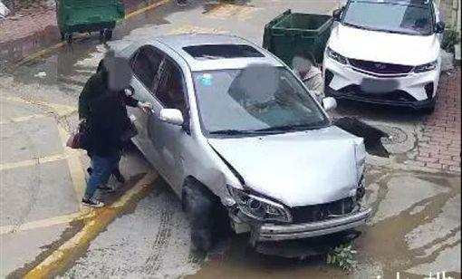 暖爸幫女兒停車,竟一路追著女兒撞。(圖/翻攝自微博)
