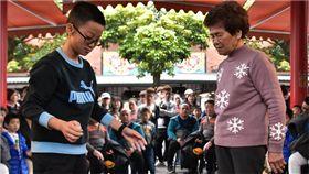 相差66歲大對決!小學生連擲8聖筊 險勝阿嬤抱回30萬 圖翻攝自國立傳統藝術中心(傳藝文化園區)臉書