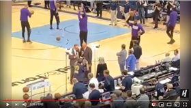 ▲詹姆斯(LeBron James)被拍到用球砸場邊記者的燈架。(圖/翻攝自House of Highlights)