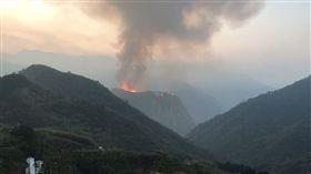 嘉義縣阿里山鄉里佳村的「象山」發生火警。(圖/阿里山隙頂民眾提供)