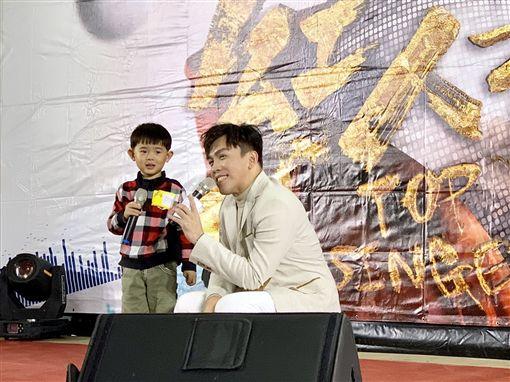 4歲超萌小弟也來尬一首!《超級紅人榜》登埔心牧場嗨翻天(記者郭奕均攝影)