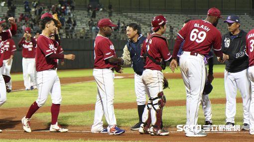 樂天金鷲和Lamigo交流賽,桃猿總教練洪一中。(圖/記者林士傑攝影)