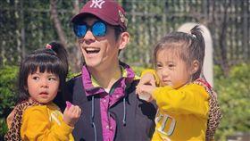 修杰楷經常雙手抱兩小孩展現「大力士」父愛。(圖/翻攝自修杰楷IG)