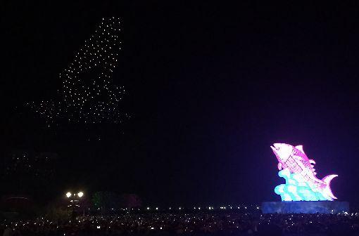 台灣燈會持續展開 無人機演出吸睛2019台灣燈會在屏東,主燈「巨鮪來富」每晚定時上演的燈光秀燦爛吸睛,搭配Intel無人機空中精湛演出,成功捕捉民眾目光。中央社記者郭芷瑄攝 108年3月1日