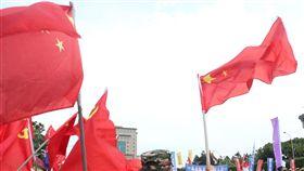 退休警消公教遊行抗議 統派民眾舉旗打氣退休公教總會、退休消防總會及退休警察總會23日下午發起「警消不服從」遊行活動,途中有不少統派民眾在旁高舉五星旗為遊行打氣。中央社記者吳家昇攝 107年4月23日