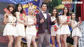 鄒兆龍身著「龍式」時尚西裝,與JKF女郎們共同上台。(圖/記者林士傑攝影)