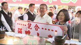 總統蔡英文1日到台南出席活動,並且利用空檔光顧台南市著名的東山鴨頭,3日在LINE上公開影片。(圖/擷取自蔡英文LINE)