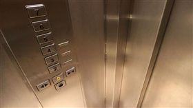 拒共乘電梯!鄰居常「忘拿東西返家」傷透他 鄉民淡回:這超正常好嗎(圖/PIXABAY)