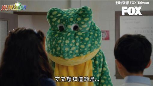 爸爸穿青蛙裝幫兒子成功約出心儀的她。(圖/FOX TAIWAN 授權)