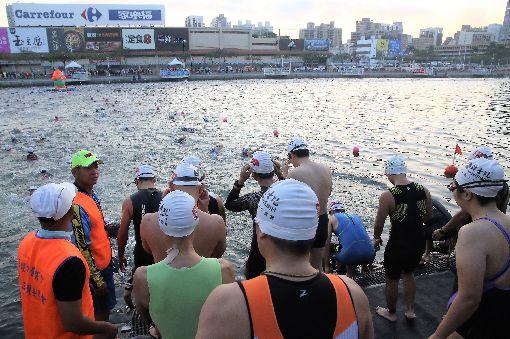 愛河鐵人三項賽熱鬧登場2019第13屆維士比盃愛河國際鐵人三項賽3日在高雄市愛河及其沿岸熱鬧登場,共約600人參賽,選手們依序游泳出發。中央社記者程啟峰高雄攝 108年3月3日