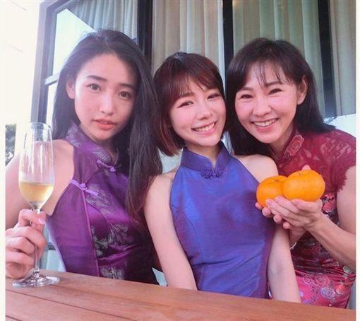 大馬女星林明禎跟姊姊、媽媽合照/旗袍。IG