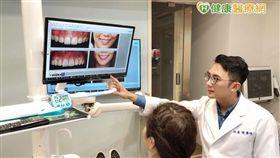 張豪傑醫師說明,「露齦笑」形成原因包括:天生牙冠過短、上顎骨過度增生、骨性暴牙、補償性門牙過度萌發,或因後天不明原因、藥物影響等因素造成,牙齦過度增生狀況。