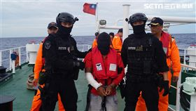 海巡署特勤隊員押解涉嫌殺人劫船的菲籍大副回到巡護8號(翻攝畫面)