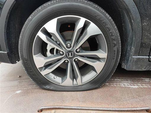 宜蘭,民宿,5輛車,噴漆,輪胎,刺破。翻攝宜蘭爆料公社