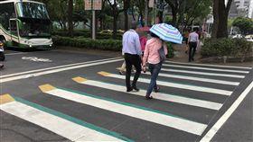 台北市試辦3D立體斑馬線(2)台北市交通管制工程處今年3月選定民生敦化路口(號誌路口)(圖)及另一處非號誌路口試辦繪製3D立體斑馬線,不過有些民眾認為號誌路口成效不大。中央社記者梁珮綺攝 107年4月23日