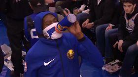 Kevin Durant奇特喝水方式。(圖/翻攝自YouTube)