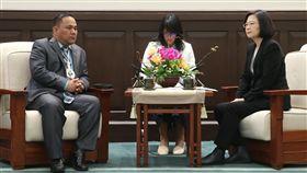 缺席世衛流感疫苗會議 蔡總統嚴正抗議政治考量總統蔡英文(右)4日在總統府接見友邦馬紹爾群島共和國國會議長凱迪(Hon. Kenneth A. Kedi)(左),蔡總統表示,世衛流感疫苗選株會議因政治考量導致台灣無法參與,對此,「我們已經表達強烈的抗議」。中央社記者鄭傑文攝 108年3月4日
