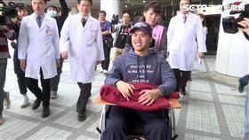 秦良丰坐輪椅離開三總,新聞台
